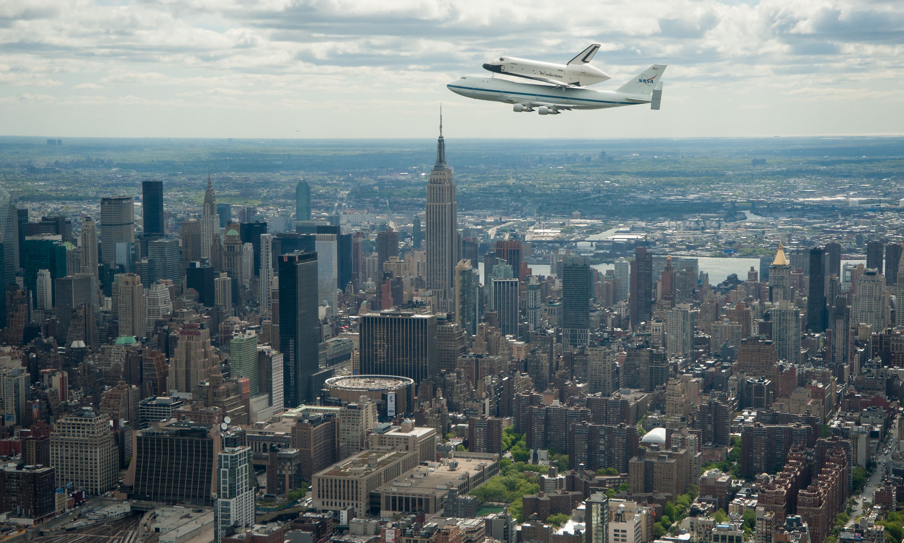 shuttle_enterprise_close_over_manhattan.